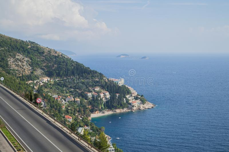 Pittoresk kust- väg med sikt på Dubrovnik, Kroatien royaltyfri fotografi