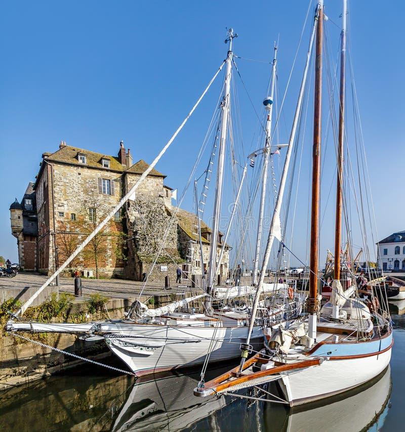 Pittoresk och pittoresk gammal hamn på den Normandie byn av Honfleur Frankrike med fartyg, segelbåtar, kaféer och havet på ett so arkivbilder