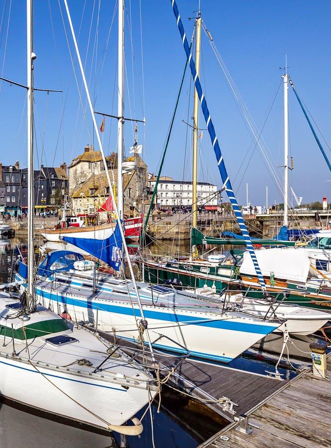 Pittoresk och pittoresk gammal hamn på den Normandie byn av Honfleur Frankrike med fartyg, segelbåtar, kaféer och havet på ett so royaltyfria foton