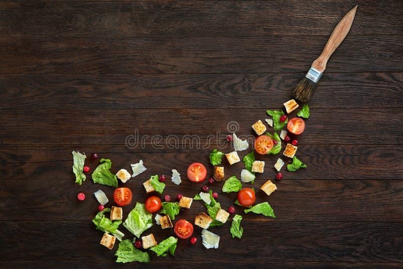 Pittoresk sammansättning för bästa sikt av nya sunda salladdelar på trätabellen fotografering för bildbyråer