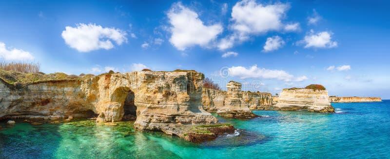 Pittoresk seascape med klippor, stenig b?ge p? Torre Sant Andrea royaltyfri fotografi