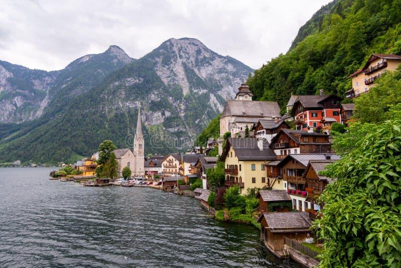 Pittoresk sikt av den Hallstatt byn som placeras på banken av Hallstatter sjön, höga fjällängberg, Österrike royaltyfri foto