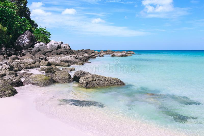 Pittoresk sikt av det Andaman havet i den Phuket ön, Thailand Seascape med vit sand, klippan och blå himmel royaltyfria bilder