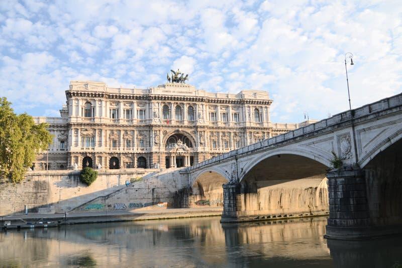 Pittoresk sikt av härlig byggnad av högsta domstolen av upphävande över den Tiber floden i Rome, Italien arkivbilder