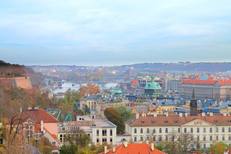 Pittoresk sikt av Prague från höjden av den Prague slotten royaltyfria foton