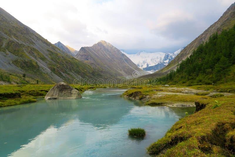 Pittoresk sikt f?r Akkem River Valley landskap altaidagar sist bergsommar royaltyfri foto