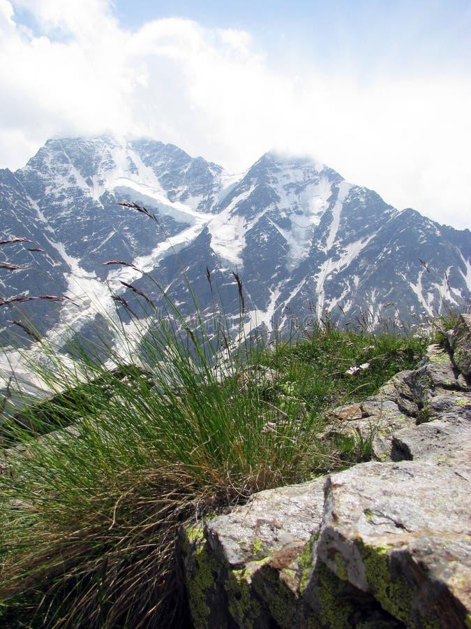 Pittoresk sikt på de Kaukasus bergen region su för berg för lake för klyfta för adyrcaucasus elbrus Ryssland Kabardino-Balkaria royaltyfria bilder