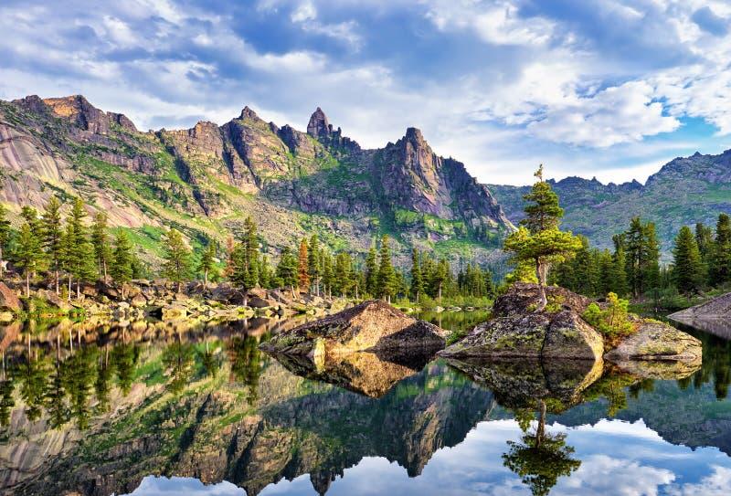 Pittoresk sjö i Siberian berg royaltyfri fotografi