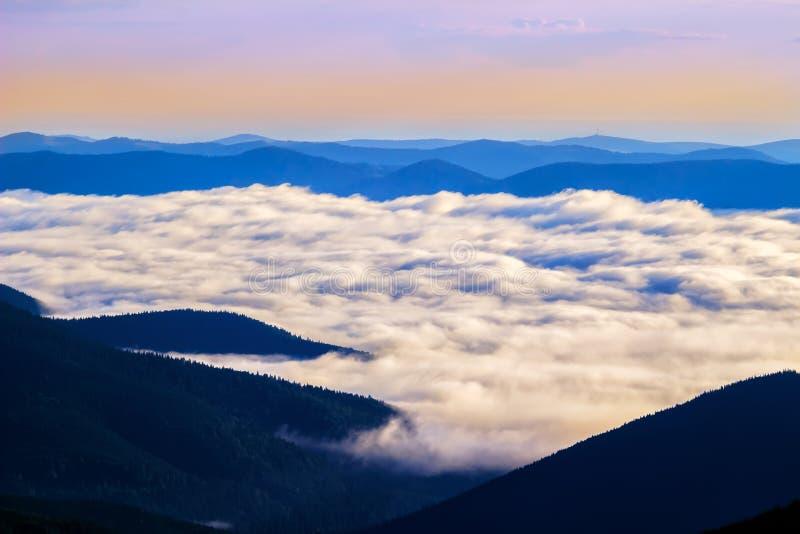 Pittoresk soluppgångmorgon i ovannämnda moln för berg, Carpathians, Ukraina royaltyfria bilder