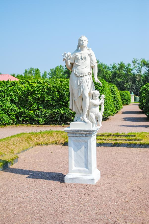 Pittoresk staty i Oranienbaum Lomonosov arkivbilder