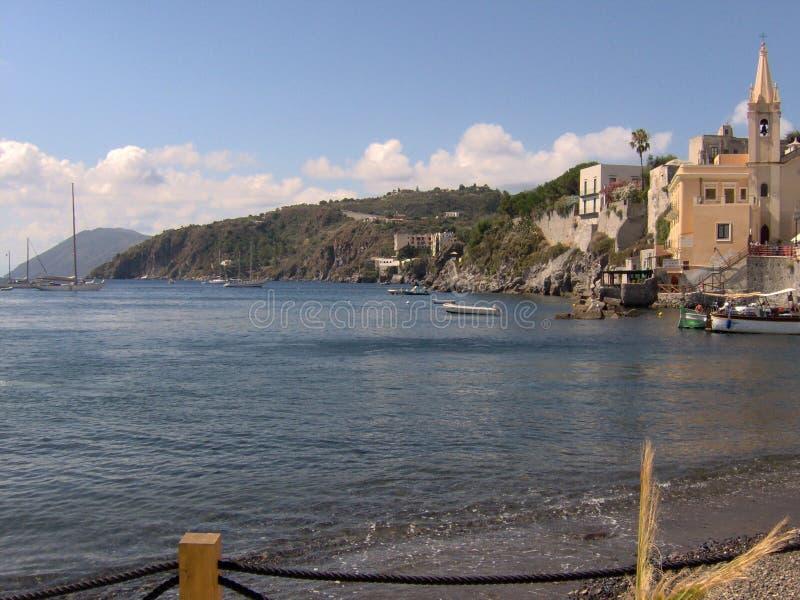 Pittoresk strand och hamn royaltyfria foton