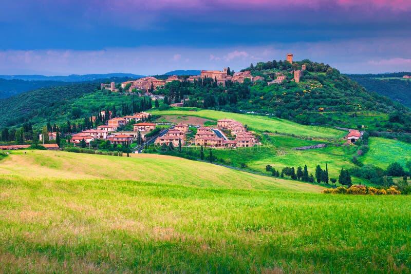 Pittoresk Tuscany cityscape med kornfält, Monticchiello, Italien, Europa arkivbild