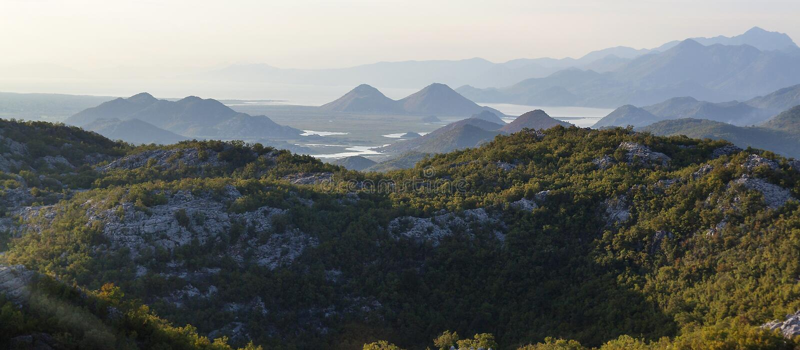 Pittoresk ursnygg sikt på den Crnojevica floden i Montenegro royaltyfri fotografi