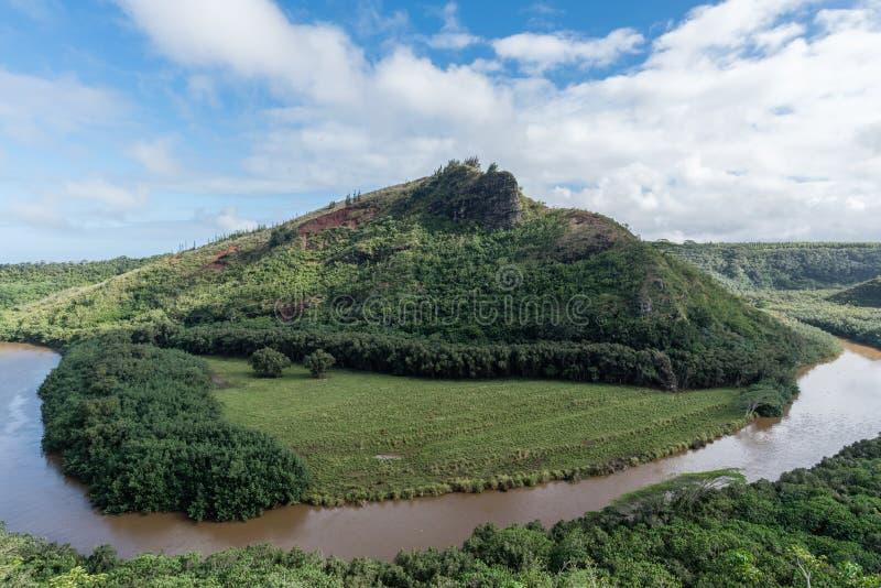 Pittoresk Wailua flodkrökning efter ett viktigt häftigt regn på Kauai, Hawaii arkivfoton