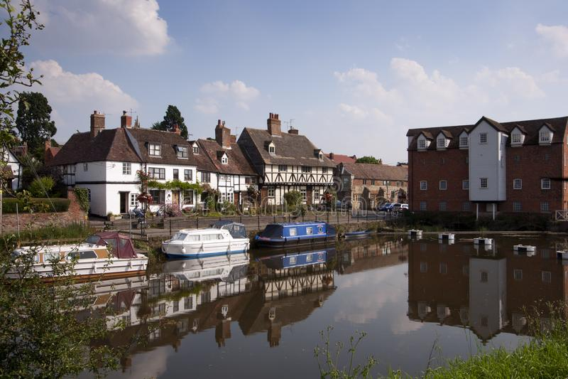 Pittoreska flodstrandstugor i Tewkesbury, Gloucestershire, UK royaltyfri bild