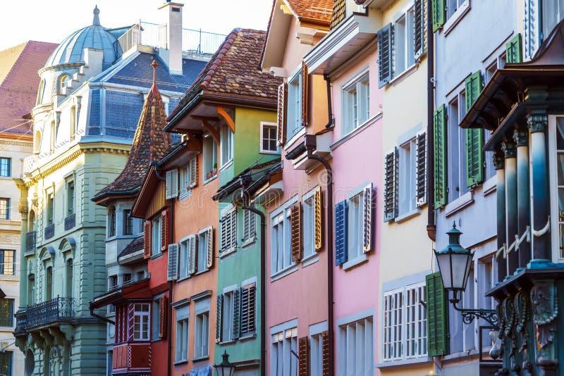 Pittoreska hus av en stad med färgrika slutare, Zurich, Swi royaltyfri bild