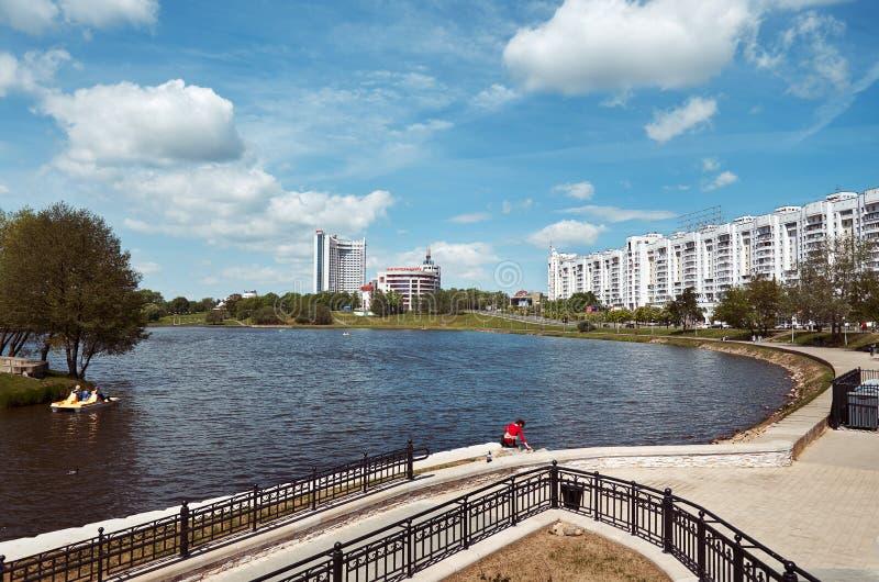 _ Pittoreska hus av Minsk på floden Svisloch Maj 21, 2017 royaltyfri foto