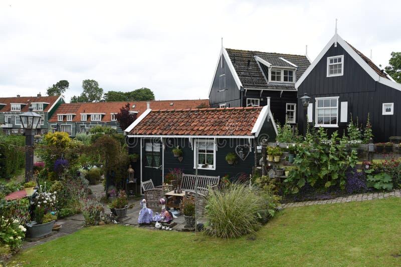 Pittoreska hus ses i den holländska staden av Marken arkivbilder