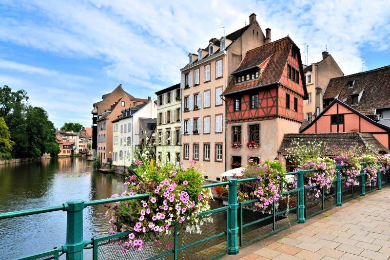 Pittoreska kanalhus med blommor, Strasbourg, Alsace, Frankrike royaltyfri fotografi