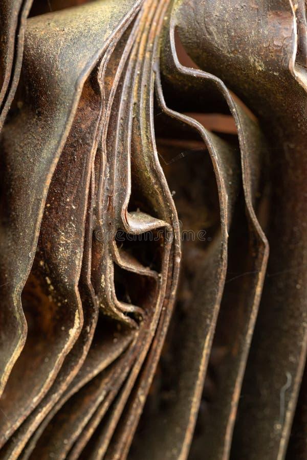 Pittoreska kr?kta ark av rostig metall Kr?kta rostiga ark av metall industriell abstraktion royaltyfria bilder