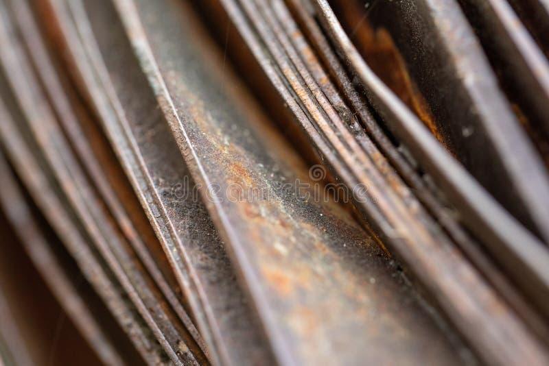 Pittoreska kr?kta ark av rostig metall Kr?kta rostiga ark av metall industriell abstraktion royaltyfria foton