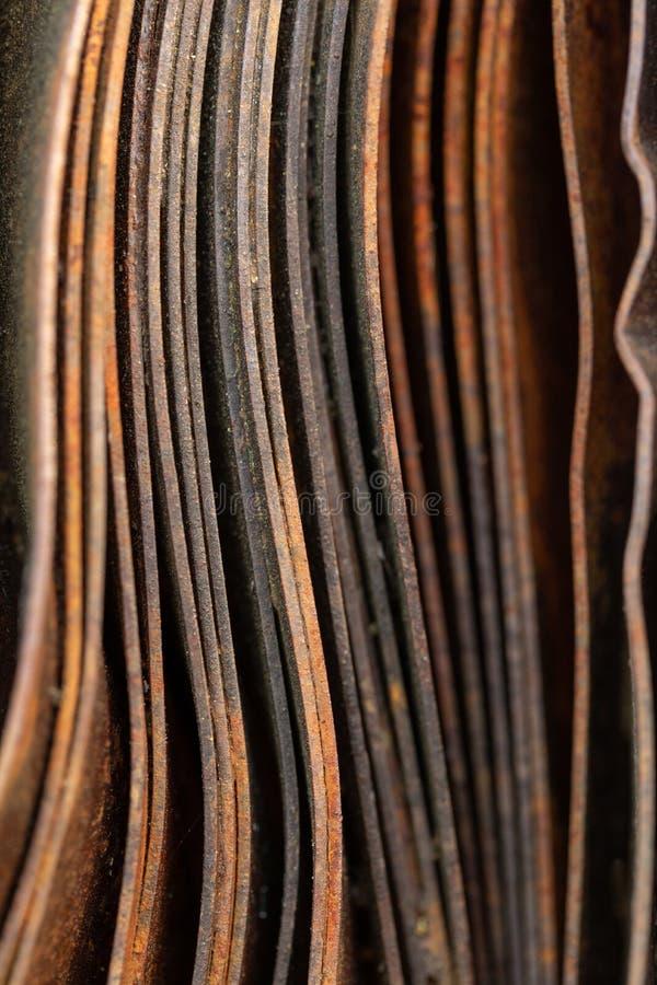Pittoreska kr?kta ark av rostig metall Kr?kta rostiga ark av metall industriell abstraktion arkivfoto
