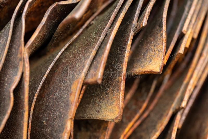 Pittoreska kr?kta ark av rostig metall Kr?kta rostiga ark av metall industriell abstraktion arkivbild