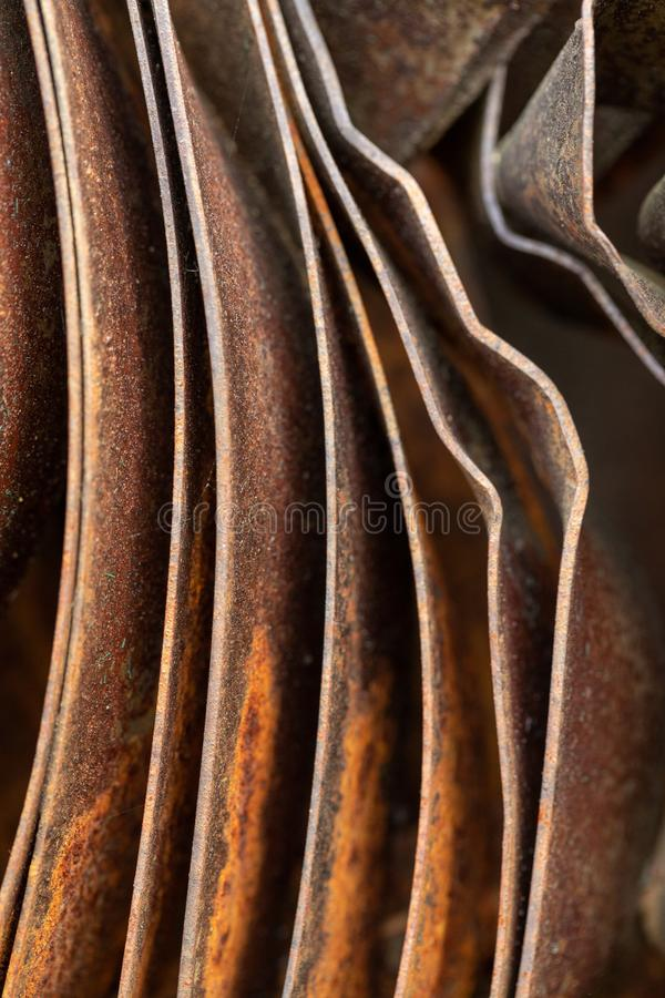 Pittoreska kr?kta ark av rostig metall Kr?kta rostiga ark av metall industriell abstraktion royaltyfri foto