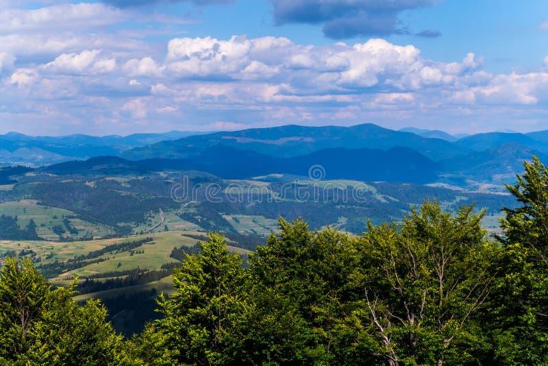 Pittoreska och härliga avlägsna blåa berg av Carpathians under de tjocka molnen royaltyfri bild