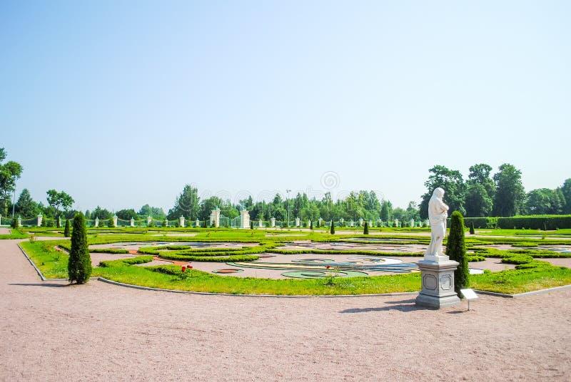 Pittoreska rabatter i Oranienbaum Lomonosov royaltyfri fotografi