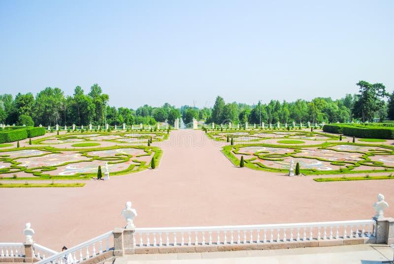 Pittoreska rabatter i Oranienbaum Lomonosov royaltyfri foto