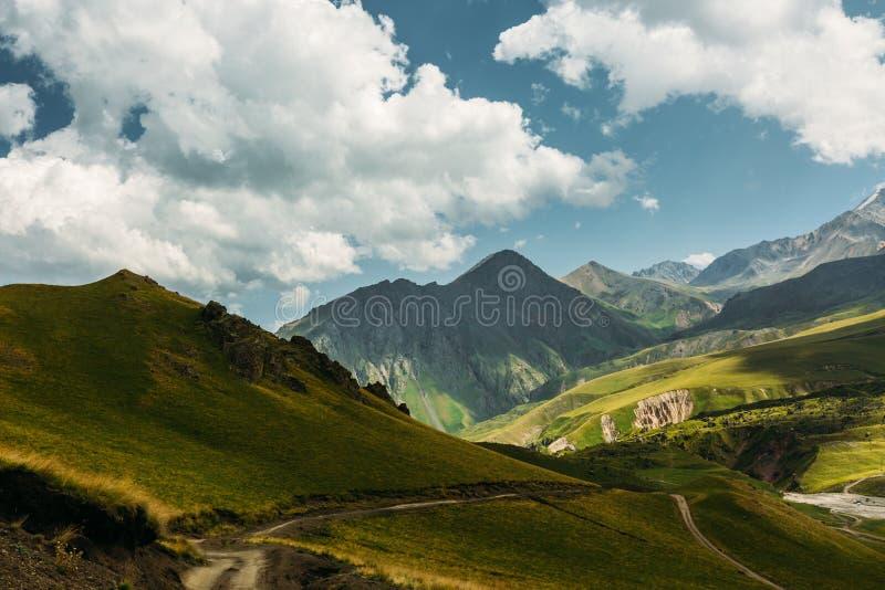 Pittoreskt berglandskap i sommar Elbrus region, norr Kaukasus, Ryssland arkivbilder