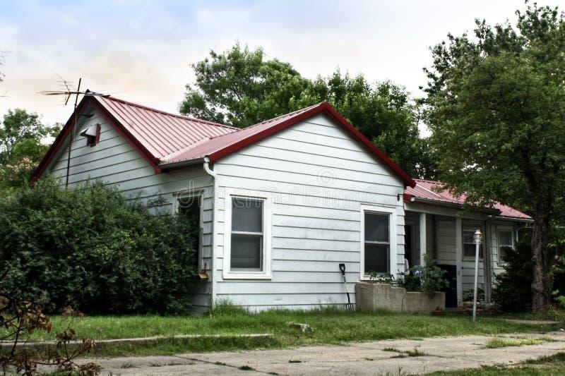 Pittoreskt bostads- lantligt hem för lägre inkomst arkivfoton
