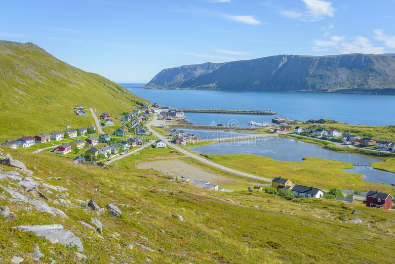 Pittoreskt fiskeläge Skarsvag på Mageroya i Finnmark, Norge royaltyfri foto