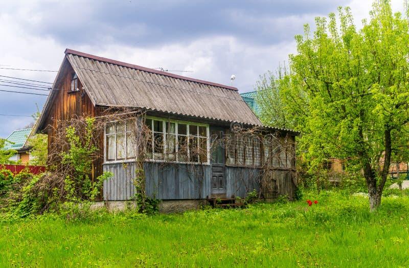 Pittoreskt gammalt lantligt övergett hus i Eastern Europe arkivfoton