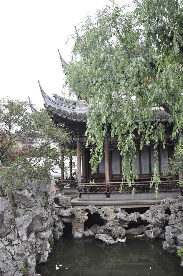 Pittoreskt landskap från den berömda Yu trädgårdborggården på centrum av Shanghai arkivfoton