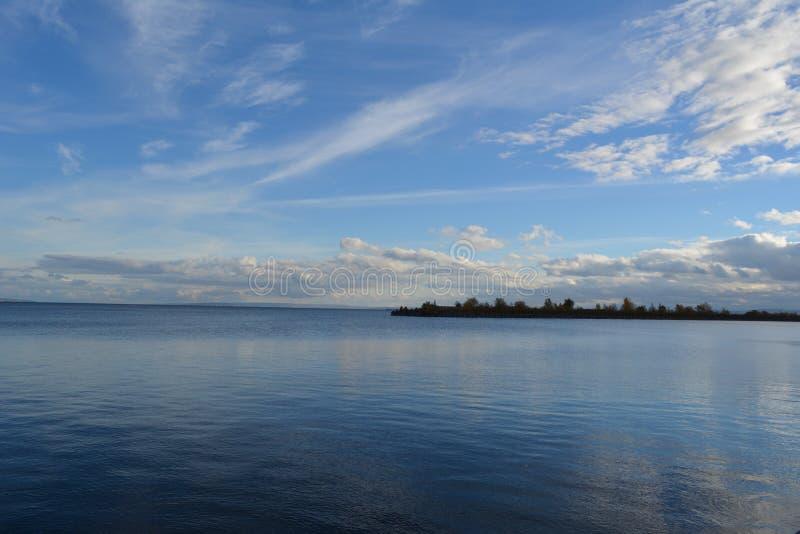 Pittoreskt landskap med den blåa floden och ljusa moln i himlen omr?de moscow en panorama- sikt royaltyfria foton