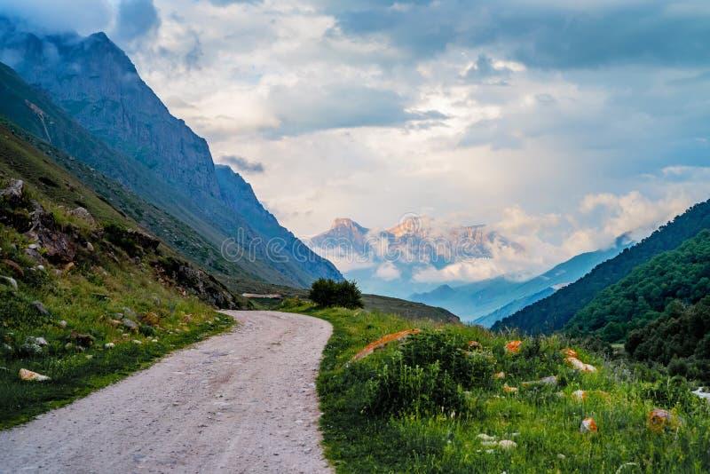 Pittoreskt landskap med den smala vägen i sommarberg arkivfoto