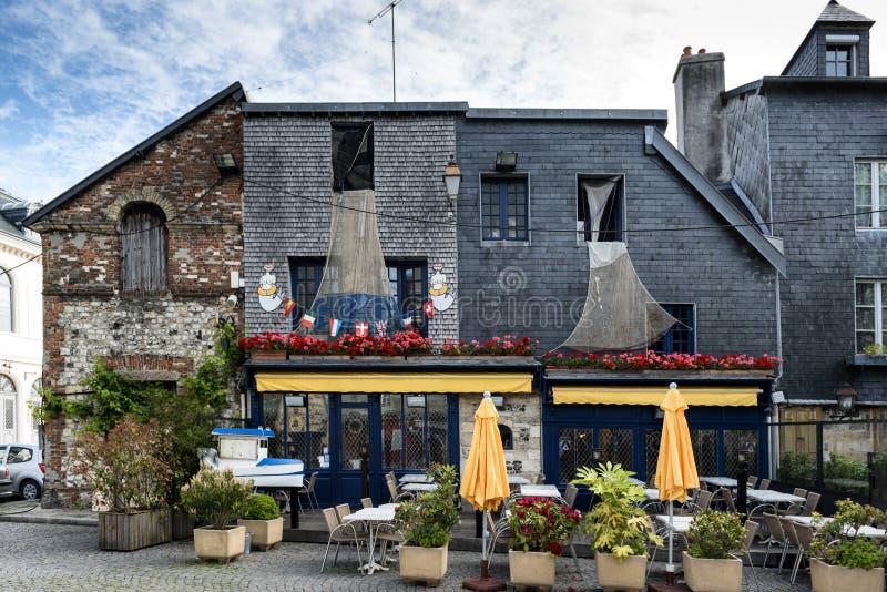 Pittoreskt litet kafé i Honfleur Normandie royaltyfri foto