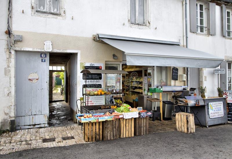 Pittoreskt shoppa i staden av Portes en som är beträffande på ön av beträffande i det västra av Frankrike arkivfoto