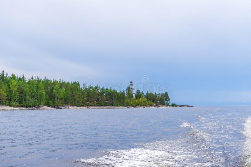 Pittoreskt sommarlandskap med den nordliga sjökustlinjen i molnig dag Resa och upptäcka avlägsna ställen av jord Besk?da arkivfoto