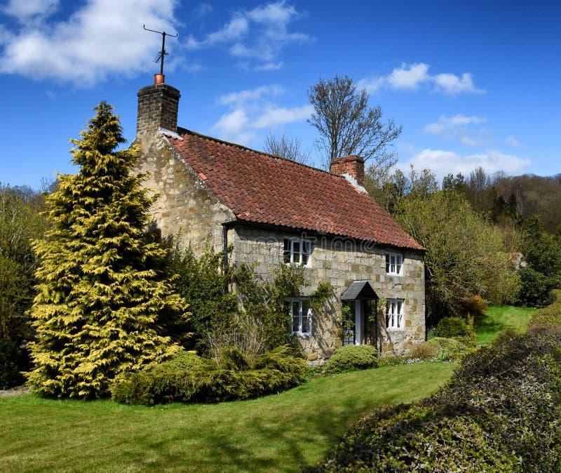 Pittoreskt stensommarhus England arkivbilder