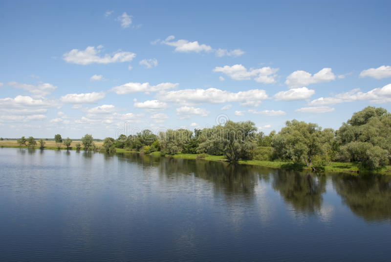 Pittoresque vis-à-vis de la banque de la rivière photographie stock