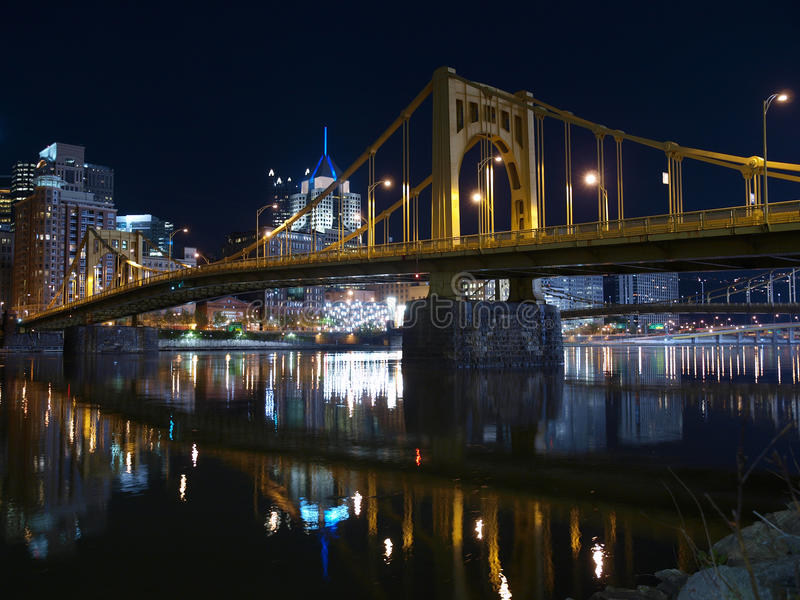 Pittsburgh-Brücken nachts lizenzfreies stockfoto