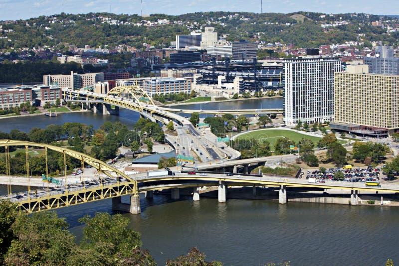 Pittsburgh céntrica con los puentes fotos de archivo libres de regalías