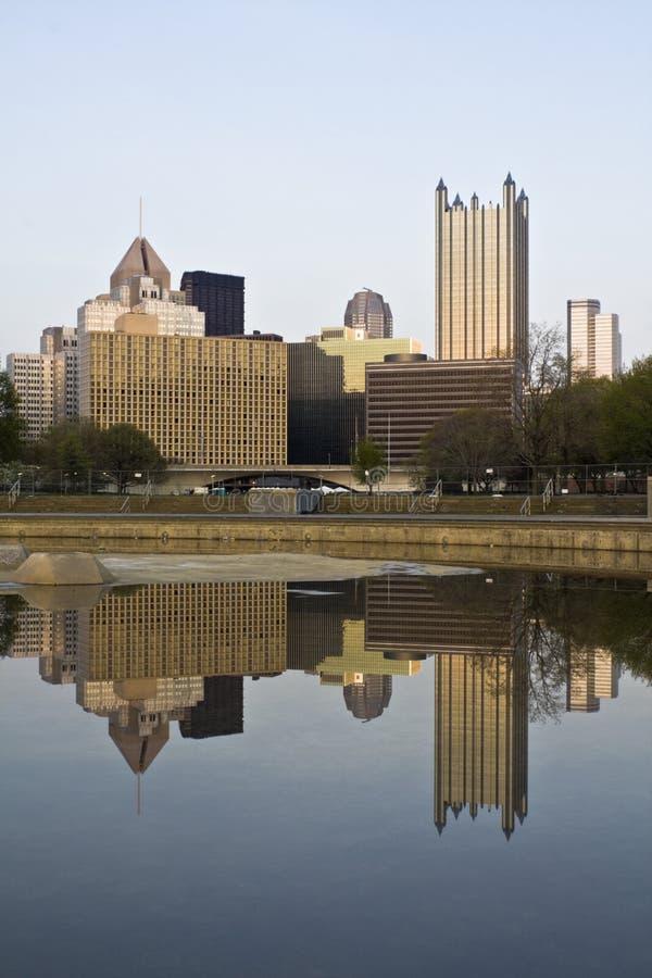 Pittsburgh céntrica reflejada fotos de archivo