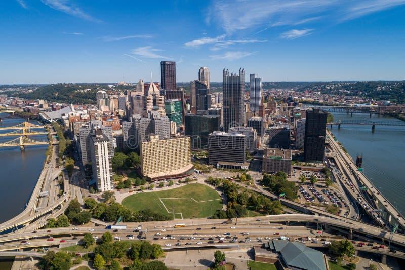 Pittsburgh Cityscape and Business District, downtown in Background Rivieren in en bruggen naar achteren Pennsylvania royalty-vrije stock afbeelding