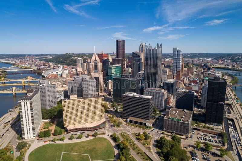 Pittsburgh Cityscape and Business District, downtown in Background Rivieren in en bruggen naar achteren Pennsylvania royalty-vrije stock afbeeldingen