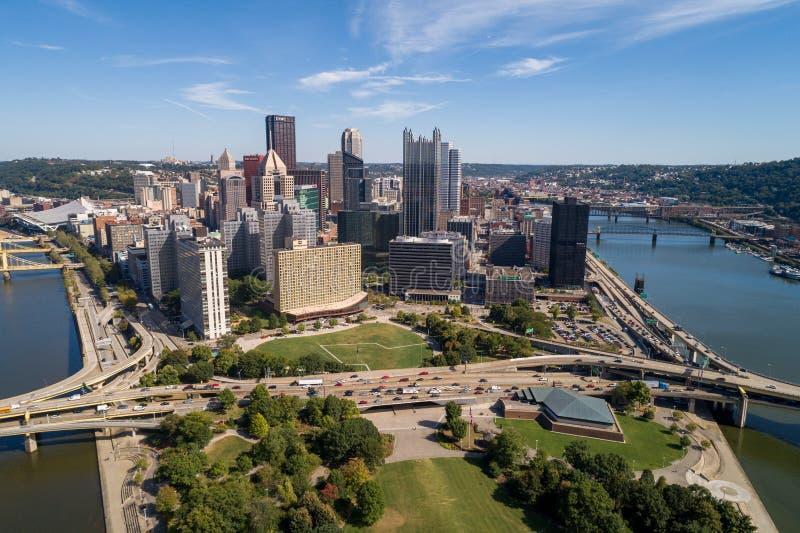 Pittsburgh Cityscape and Business District, downtown in Background Rivieren in en bruggen naar achteren Pennsylvania stock afbeeldingen
