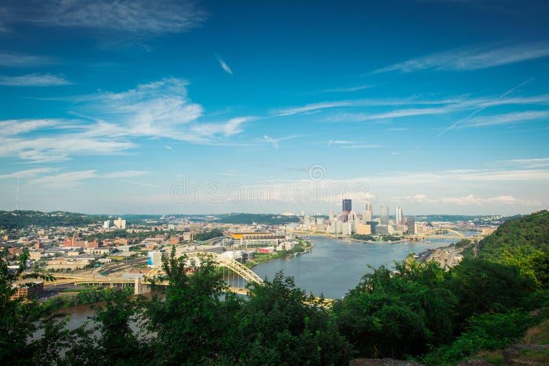 Pittsburgh con el cielo azul imagen de archivo